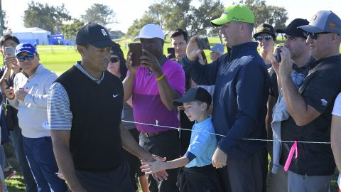 Watch: Tiger chips in for 4th birdie Friday at Farmers