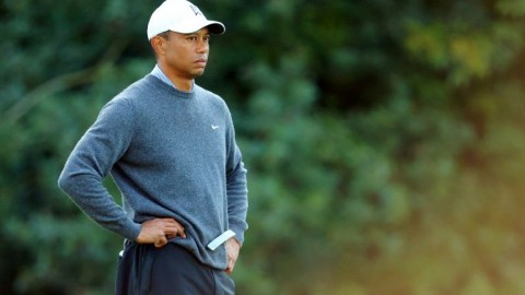 Putting woes wipe out Woods' slim hopes at Riviera